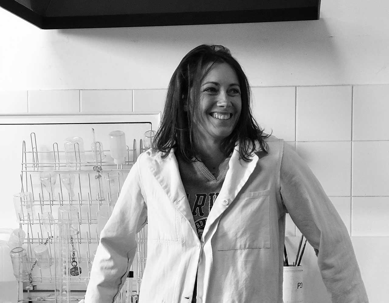 Aurélie Boyer Artisan Restauratrice de meuble ancien à l'atelier l'ÉBENISTE LYON 7