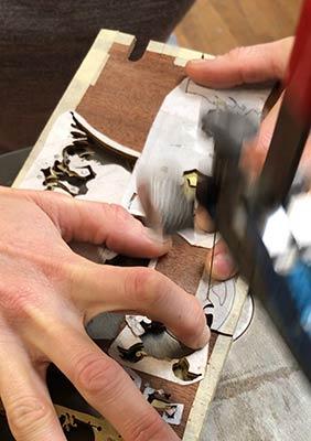 Ebéniste LYON Restauration d'un médaillon en marqueterie Boulle écaille de tortue et laiton